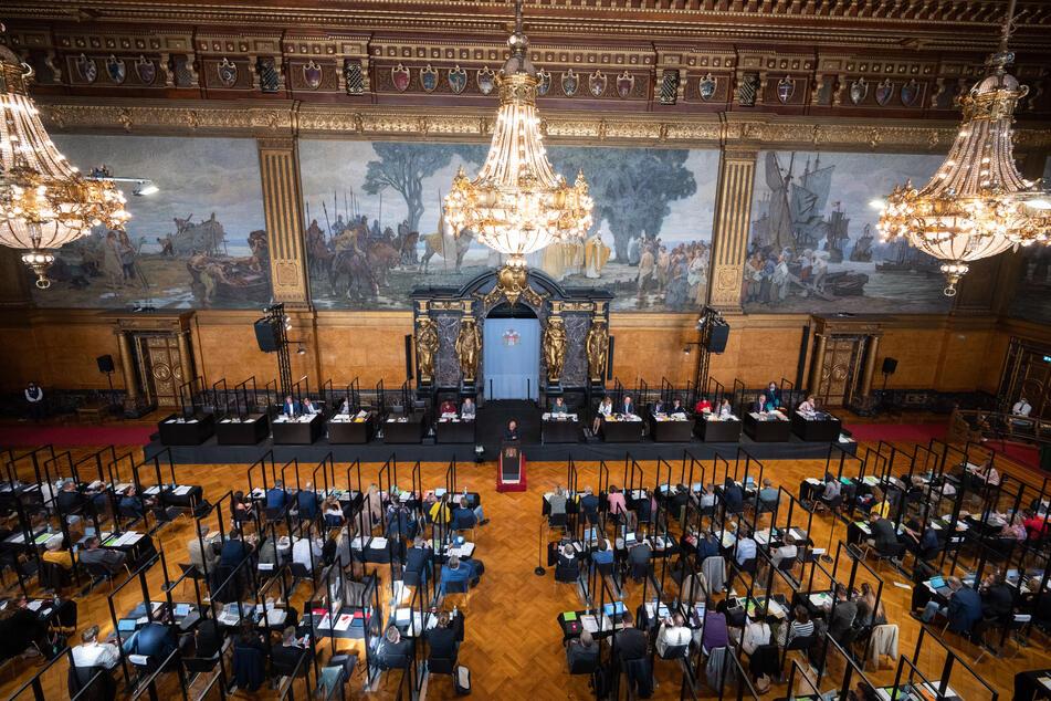 Die Abgeordneten verfolgen die Sitzung der Hamburgische Bürgerschaft im Rathaus.