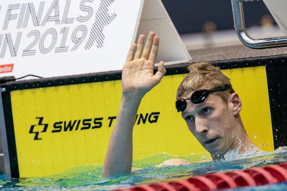 Berlin, Finale der Deutschen Meisterschaft beim Schwimmen 2019, 400 Meter Freistil Männer: Florian Wellbrock winkt nach seinem Sieg.