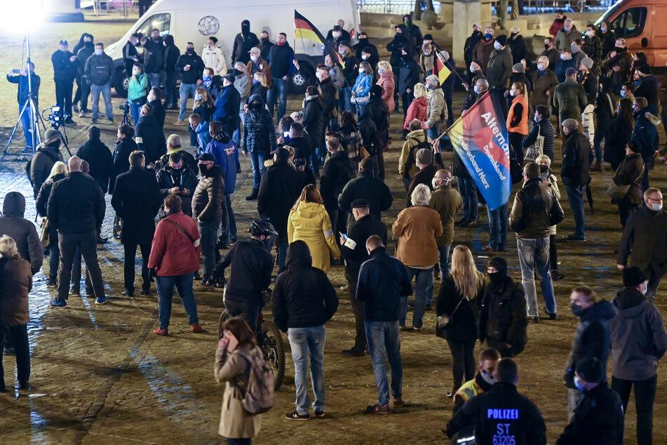 """Teilnehmer einer Kundgebung der AfD protestierten unter dem Motto """"Stoppt die Corona-Diktatur"""" im Zentrum von Halle."""