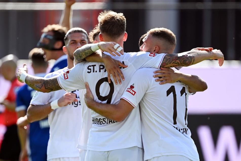 FCSP-Goalgetter Guido Burgstaller (Nummer 9) lässt sich nach seinem Elfmetertreffer zum 2:0 von seinen Mitspielern feiern.