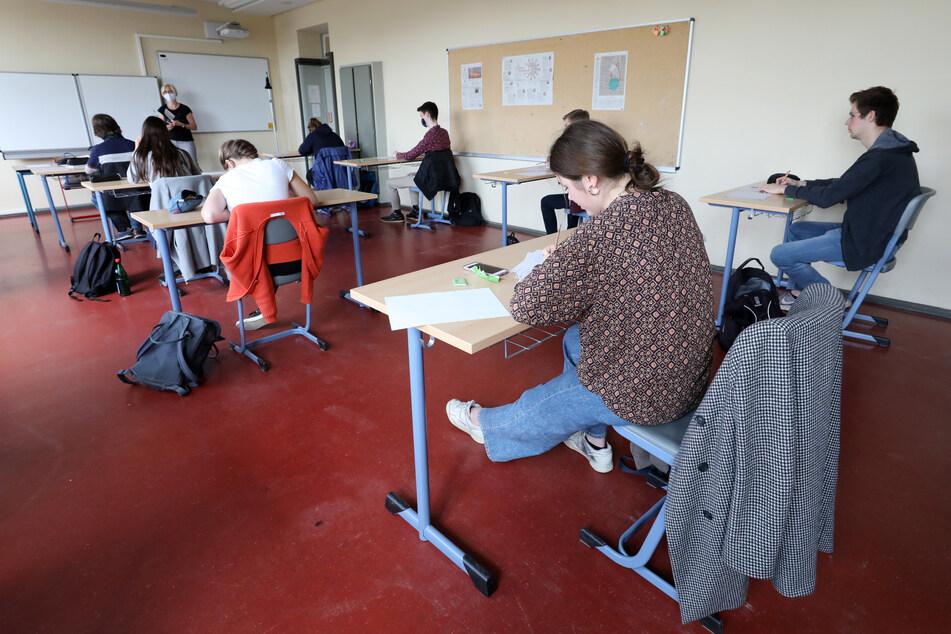 Schüler einer 12. Klasse nehmen im Innerstädtischen Gymnasium Rostock IGS an einem Englisch-Leistungskurs teil.