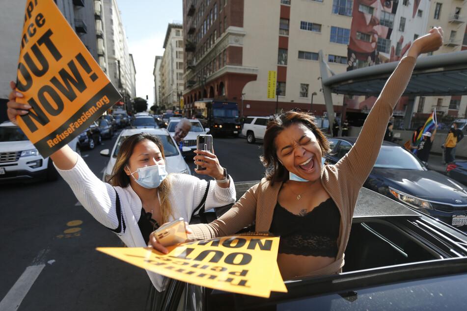 Los Angeles: Zwei Frauen feiern den Sieg des designierten Präsidenten J. Biden und der designierten Vizepräsidentin K. Harris.