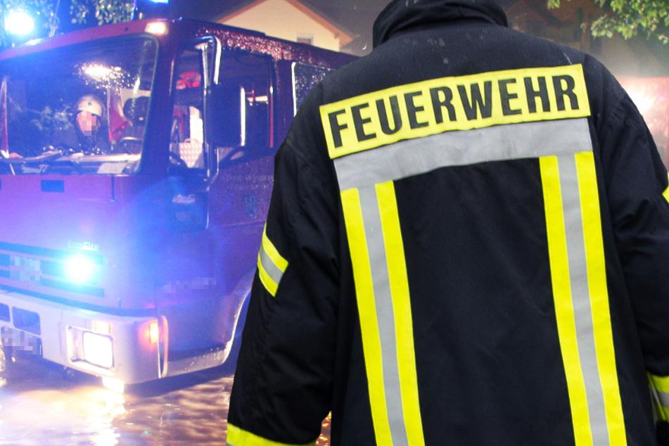 Wegen schweren Gewittern mussten die Feuerwehren in Hessen in der Nacht zu mehreren Einsätzen ausrücken (Symbolbild).