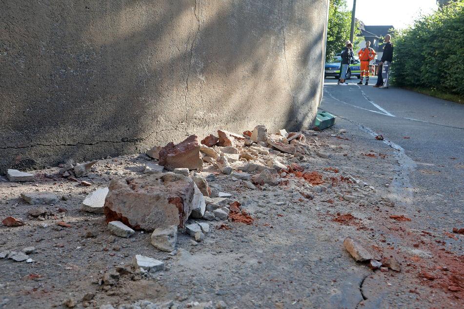 In Oberlungwitz hat ein Laster in der Straße Am Bach ein Haus gerammt. Dabei wurden mehrere Ziegelsteine herausgerissen.