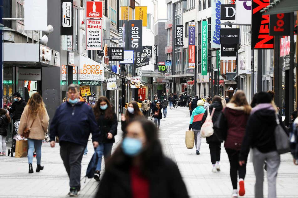 Fußgänger in Köln. In Nordrhein-Westfalen steigen die Neuinfektionen, die Inzidenz liegt bei 121,6. Doch eine landesweite Notbremse gibt es vorerst nicht.
