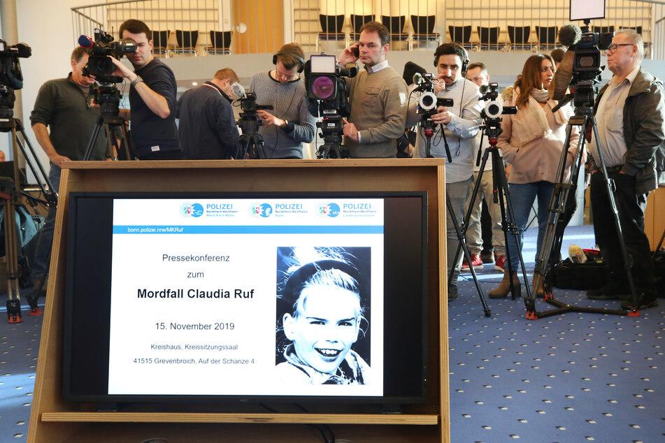 2019: Ein Foto der vor 23 Jahren ermordeten Claudia Ruf erscheint während einer Informationsveranstaltung von Staatsanwaltschaft und Polizei auf einem Monitor.