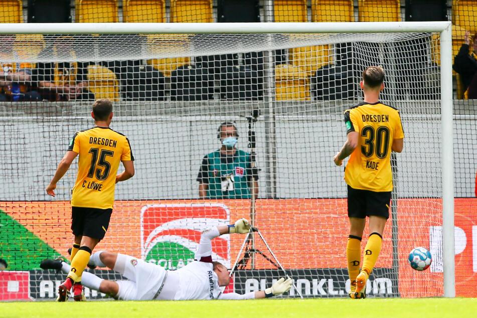 Der SC Paderborn deckte Dynamos Defensivschwächen gnadenlos auf. Keeper Kevin Broll (M.) war schon in der 26. Minute das dritte Mal geschlagen.