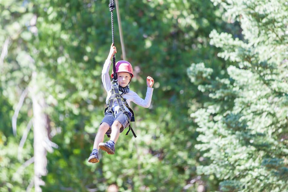 Ein Ausflug in den Kletterwald ist ein Spaß für Groß und Klein.