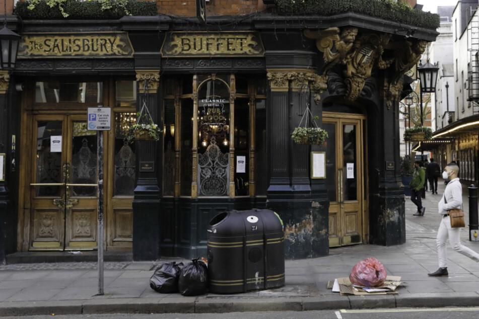 Ein Mann geht an einem geschlossenen Pub in Covent Garden im Zentrum von London.