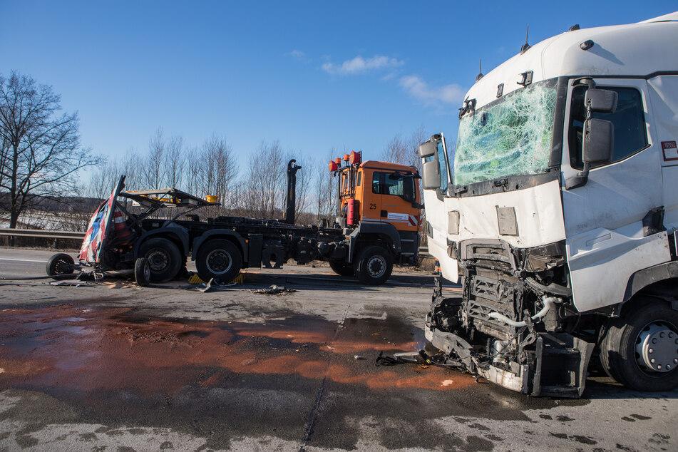 Sattelzug kracht ungebremst auf Sicherungsfahrzeug, A1 gesperrt