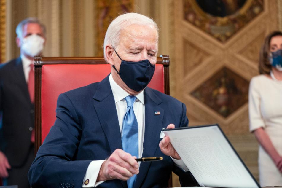 Joe Biden bei der Unterzeichnung von mehreren Dokumenten im Präsidentenzimmer des Kapitols.