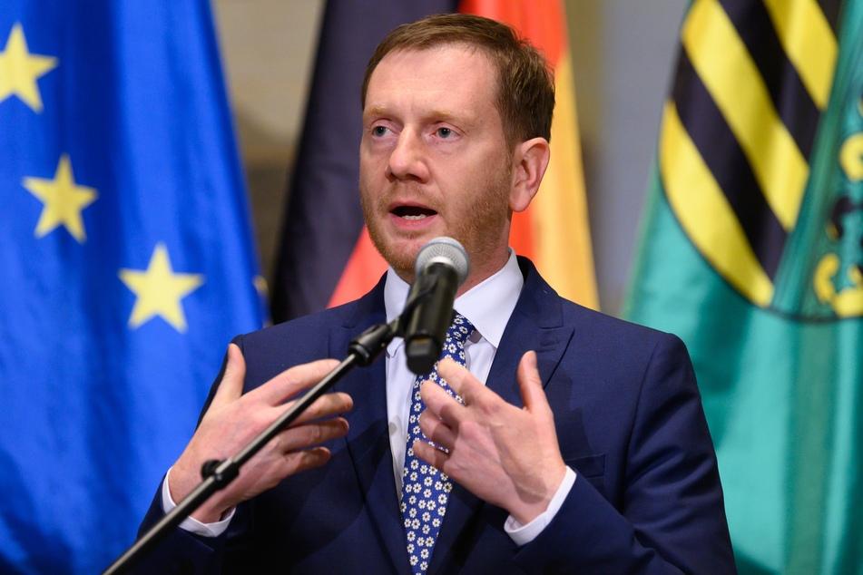 Michael Kretschmer (CDU), Ministerpräsident von Sachsen, spricht nach Beratungen des sächsischen Kabinetts zur Eindämmung der Corona-Pandemie in der Staatskanzlei auf einer Pressekonferenz.