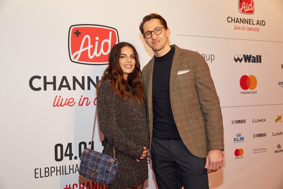 Die schwangere Lilli Hollunder und Ehemann René Adler bei einem Event in Hamburg.