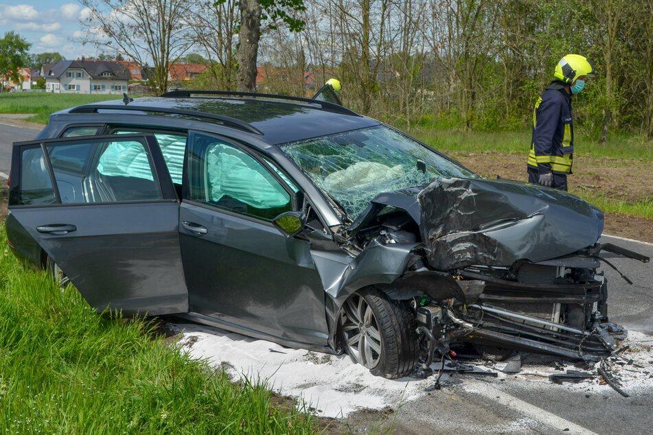 Der VW Passat wurde durch den Zusammenstoß mit dem Baum völlig zerstört.