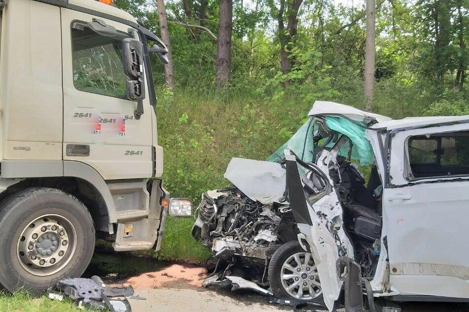 18-Jähriger gerät mit Kleintransporter in Gegenverkehr, kracht in einen Lkw und wird schwer verletzt
