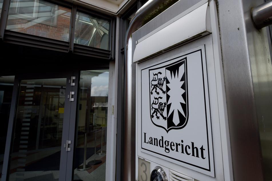"""Der Schriftzug """"Landgericht"""" ist am Gerichtsgebäude von Itzehoe (Schleswig-Holstein) zu sehen. (Symbolbild)"""