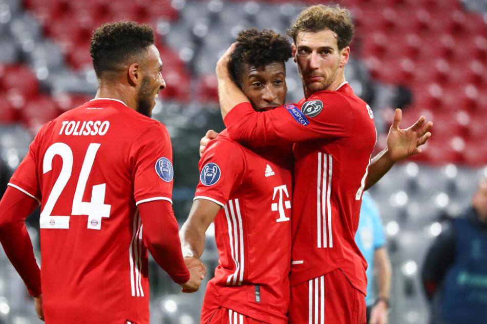 Kingsley Coman (M.) avancierte für den FC Bayern München mit zwei Toren und einer Vorlage zum Mann des Spiels.