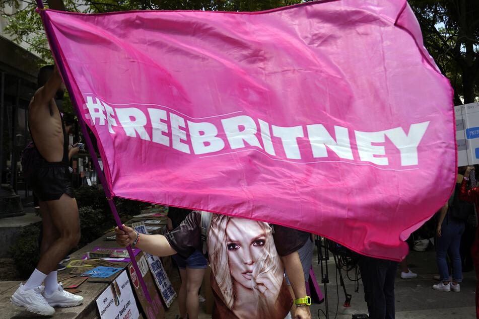 Fans unterstützten ihr Idol im Juni während einer Gerichtsanhörung zur Vormundschaft der Popsängerin im Stanley Mosk Courthouse in Los Angeles.