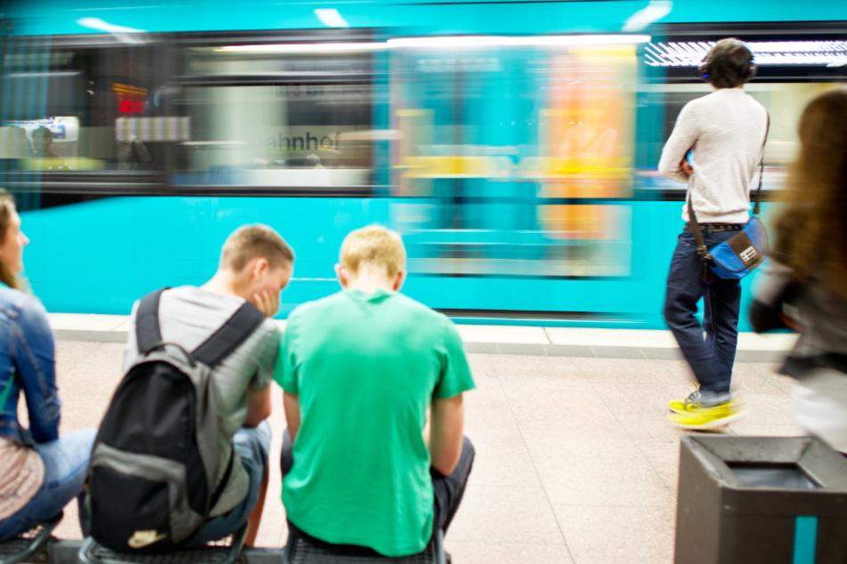 Menschen warten in der U-Bahnstation des Frankfurter Hauptbahnhof auf die passende U-Bahn.