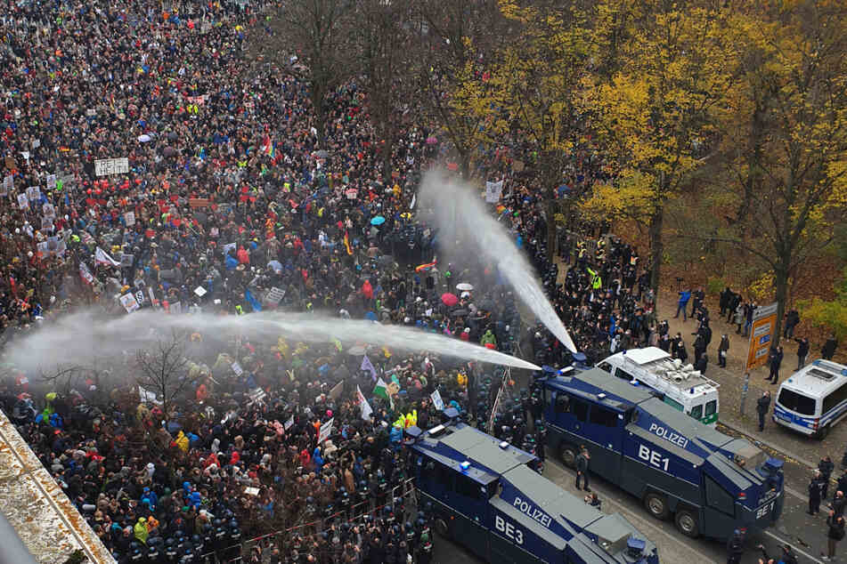 "Berlin: ""Querdenker"" machen mobil: Bis zu 16.000 Teilnehmer bei Anti-Corona-Demos in Berlin geplant"