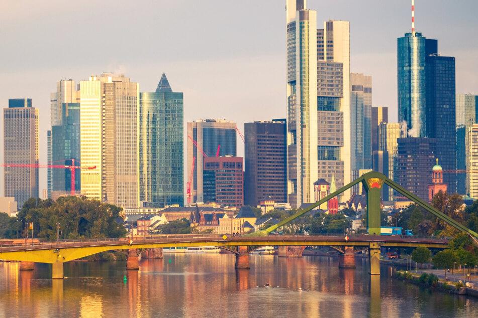 Die berühmte Skyline von Frankfurt am Main besteht aus Büro-Türmen.