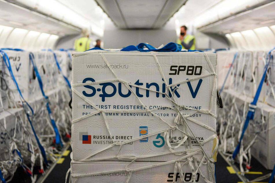 Eine Lieferung des Corona-Impfstoffes Sputnik V steht in einem Flugzeug. Berlin setzt vorerst nicht auf den russischen Corona-Impfstoff.