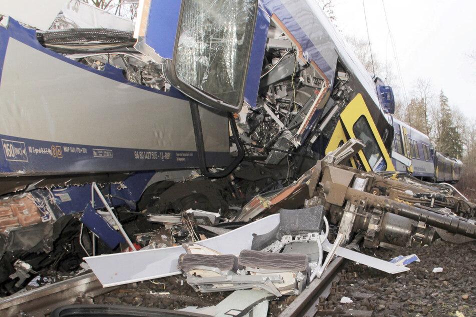 Die Züge kollidierten frontal und wurden völlig zerstört.