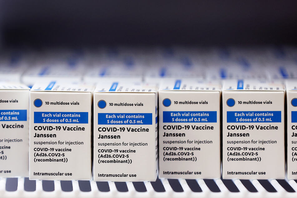 Kartons mit Corona-Impfdosen des US-Pharmakonzerns Johnson & Johnson.