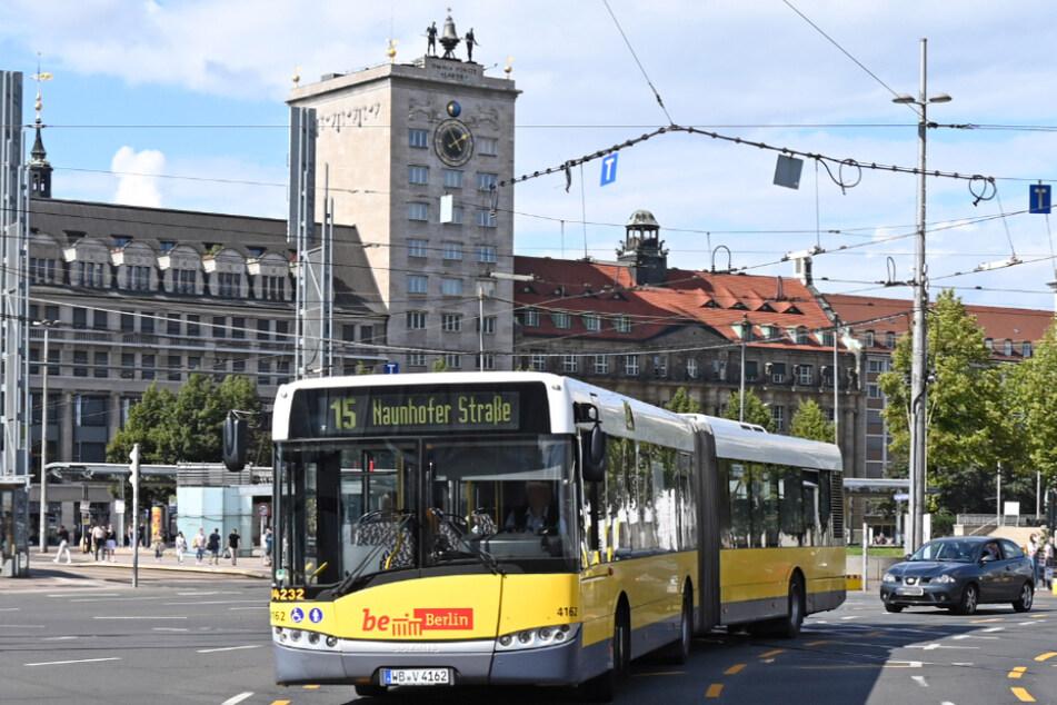 Die Busse werden derzeit für den Schienenersatzverkehr der Linie 15 zwischen Hbf. und Naunhofer Straße eingesetzt.
