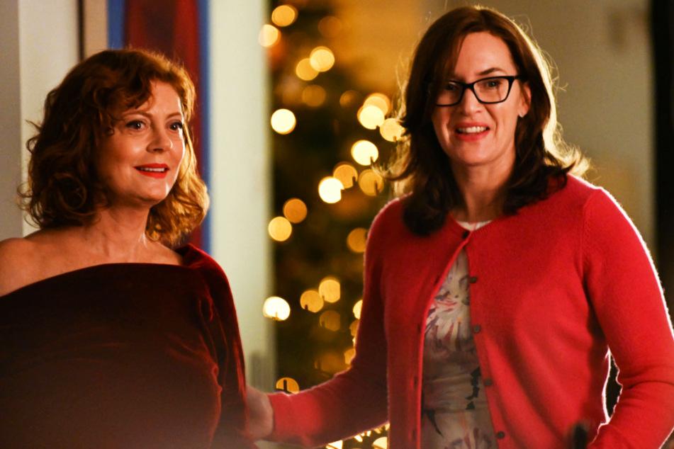 Lily (l., Susan Sarandon) und ihre älteste Tochter Jennifer (Kate Winslet) hatten nicht nur schöne Zeiten miteinander.