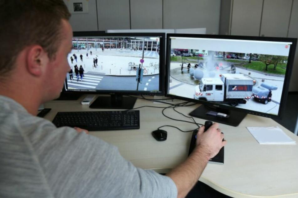 Die Bilder der Überwachungskameras werden von der Kölner Polizei in einer Zentrale beobachtet.