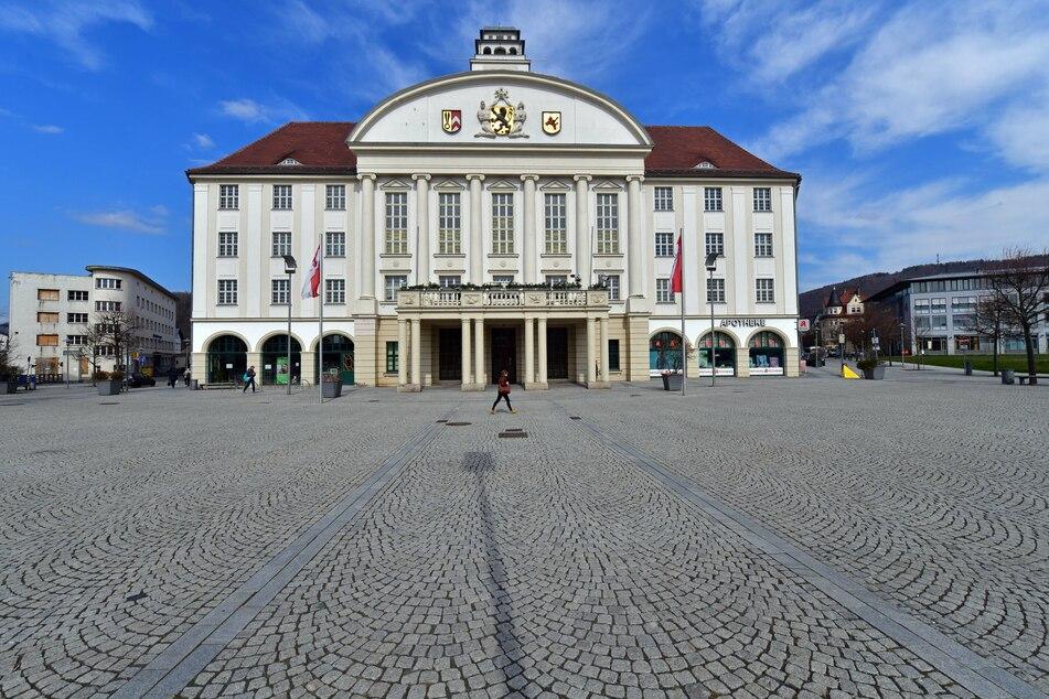 Thüringen, Sonneberg: Der Platz am Neuen Rathaus am Bahnhofsplatz, Sitz der Stadtverwaltung, ist fast menschenleer.