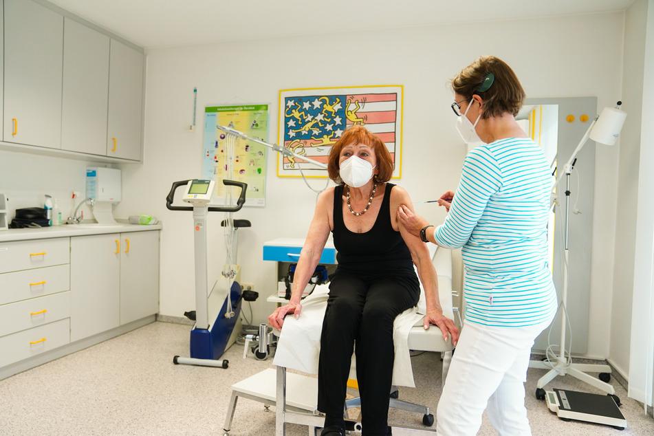 Hausärzte in Thüringen können nun Impfstoff für die Corona-Schutzimpfung in ihren Praxen bestellen. (Symbolbild)