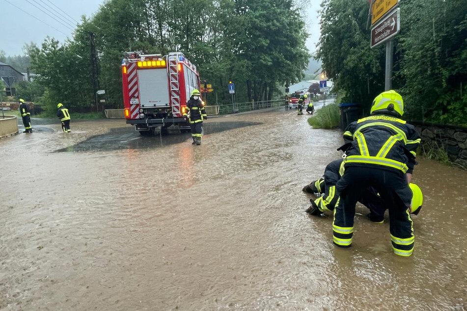 In Wurzbach musste die Feuerwehr ins Wasser steigen und einen verstopften Kanal freilegen.