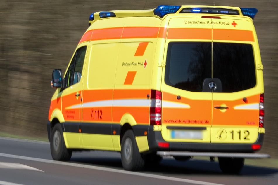 Der Mann beschädigte einen Rettungswagen. (Symbolbild)
