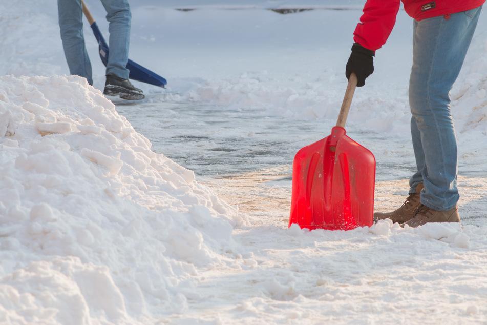 Zwei Frauen sind beim Schneeschieben aneinander geraten. (Symbolbild)