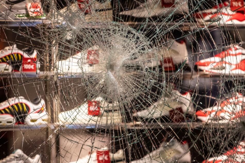 Scheiben von Geschäften wurden eingeschlagen.