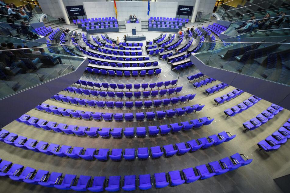 Der Plenarsaal im Reichstagsgebäude vor einer Sitzung des Deutschen Bundestages in Berlin.