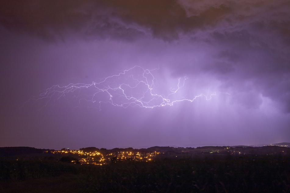 Blitzgewitter über dem Erzgebirge erhellt Nachthimmel