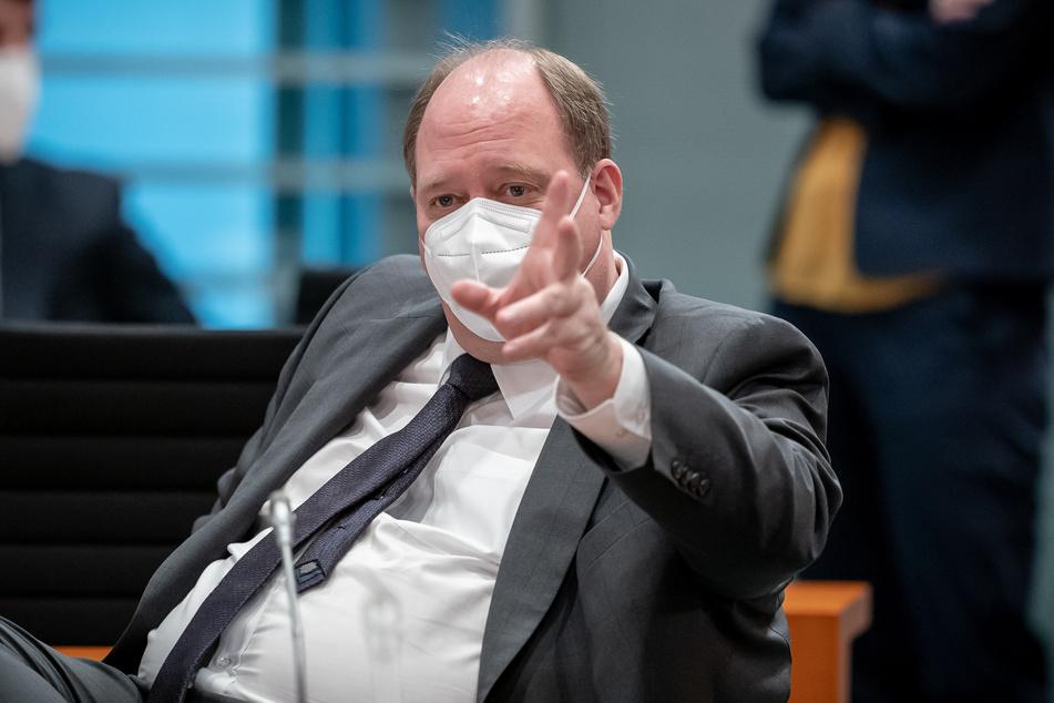 Helge Braun (48, CDU), Chef des Bundeskanzleramtes und Bundesminister für besondere Aufgaben, spricht vor Beginn der Sitzung des Bundeskabinetts im Kanzleramt.