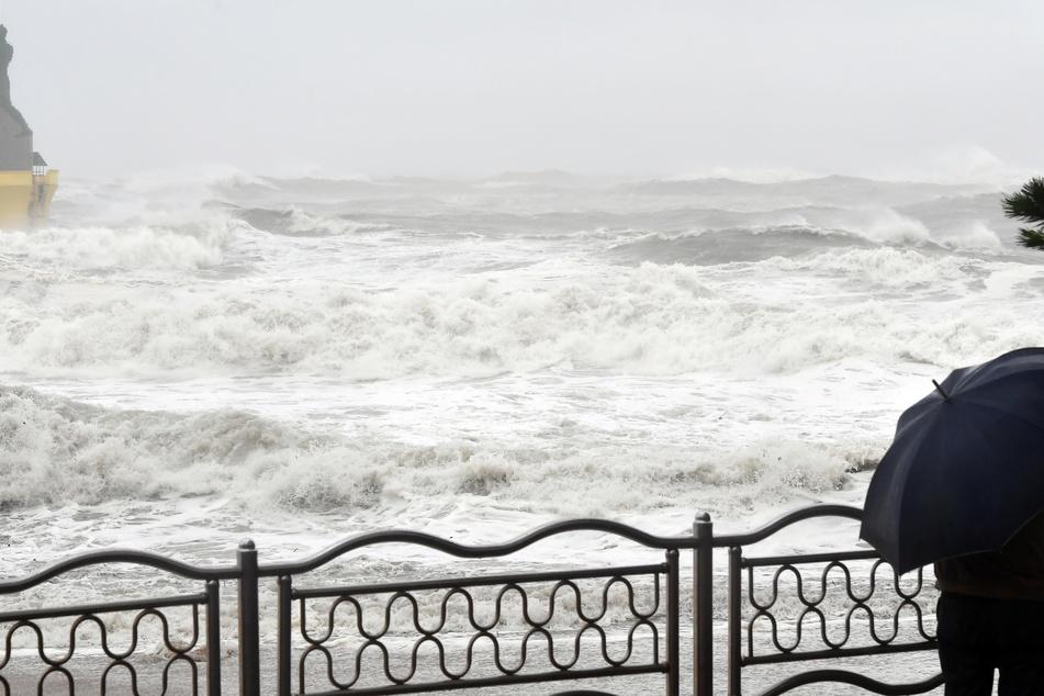 Land unter in Südkorea: Große Wellen brechen an der Küste auf Grund des Taifuns.