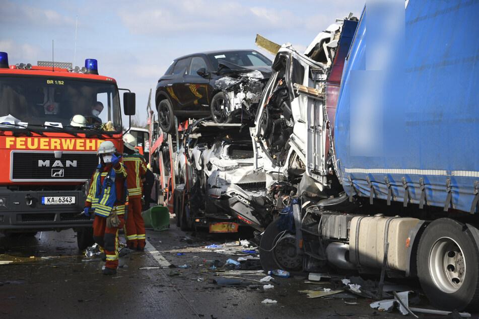 Die Fahrerkabine eines Lastwagens wurde bei dem Unfall völlig eingedrückt.