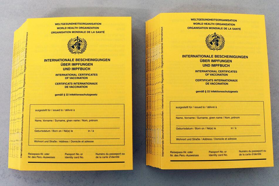 Gelbe Pässe zu leicht zu fälschen: Polizei fordert Zugriff auf Impf-Datenbank des RKI