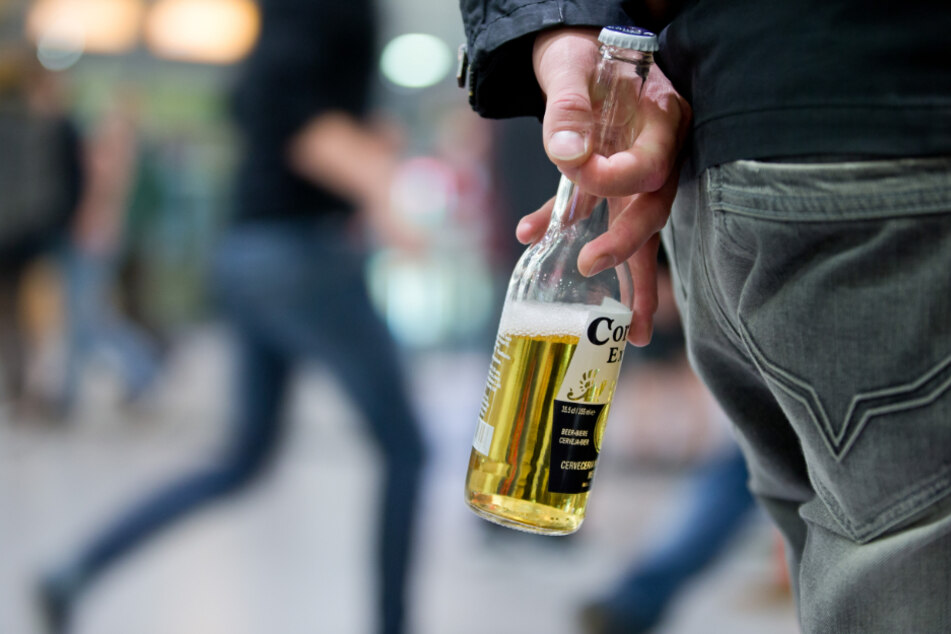 Wegen der ohnehin geltenden Ausgangsbeschränkungen verzichten manchen Kommunen auf ein Alkoholverbot im Freien. (Symbolbild)