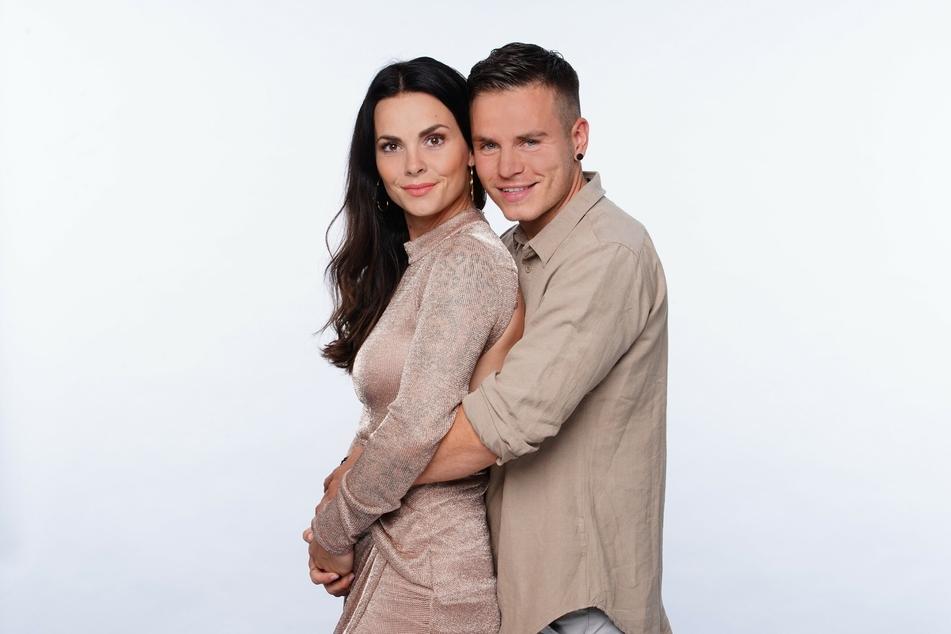 """Schon bald werden Denisé Kappés (30) und ihr Freund Henning Merten (31) im """"Sommerhaus der Stars"""" zu sehen sein."""