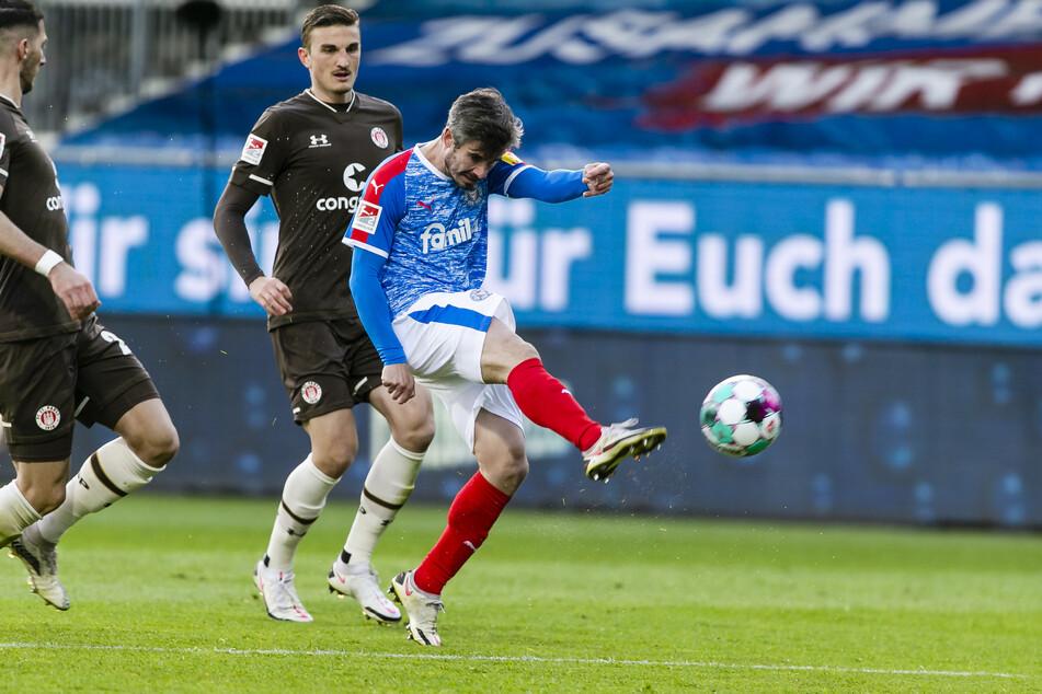 Aus rund 20 Metern zieht Holstein Kiels Fin Bartels (r.) ab und jagt die Kugel zum 3:0 unter die Latte des St. Paulianer Tores. Mit diesem Treffer war die Niederlage für die Kiezkicker so gut wie besiegelt.