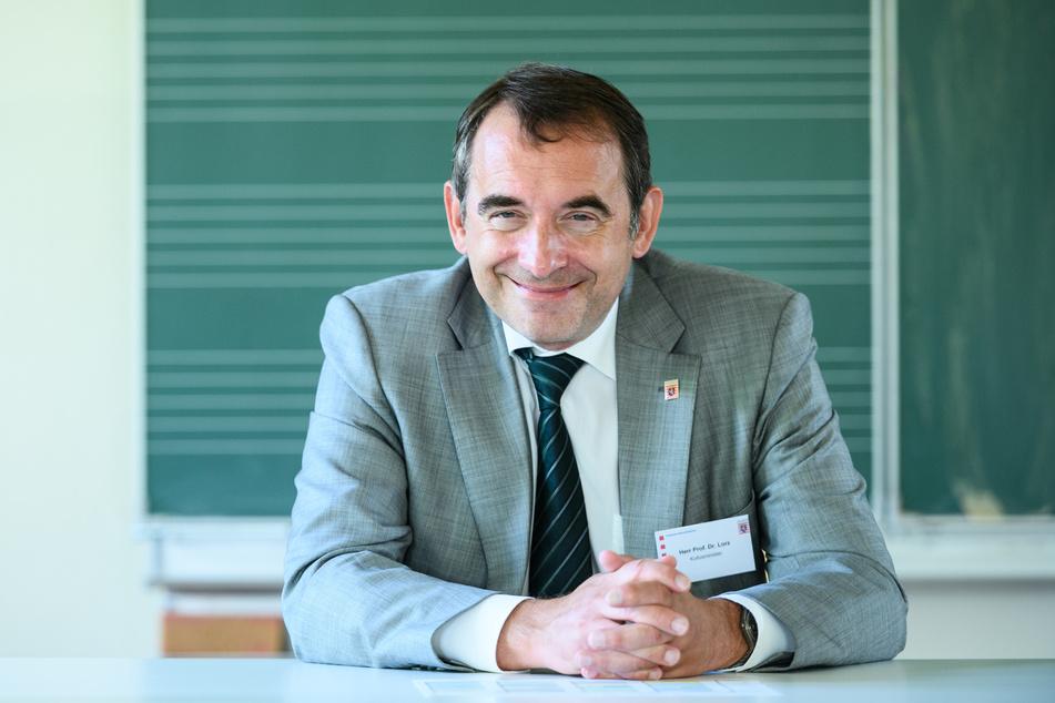 Alexander Lorz (CDU), Kultusminister von Hessen, sitzt in einem Klassenraum.
