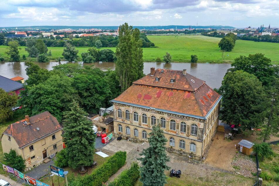 Barockschloss mit Elbeblick: Dem einstigen Lustschloss von August dem Starken ist noch heute die Grandezza von einst anzusehen.