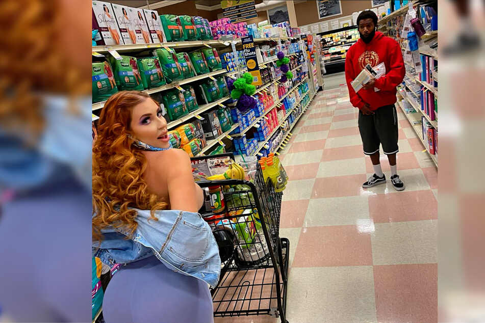 Überraschung! Mitten im Supermarkt ließ Amanda Nicole Martin (25) die Hüllen fallen.