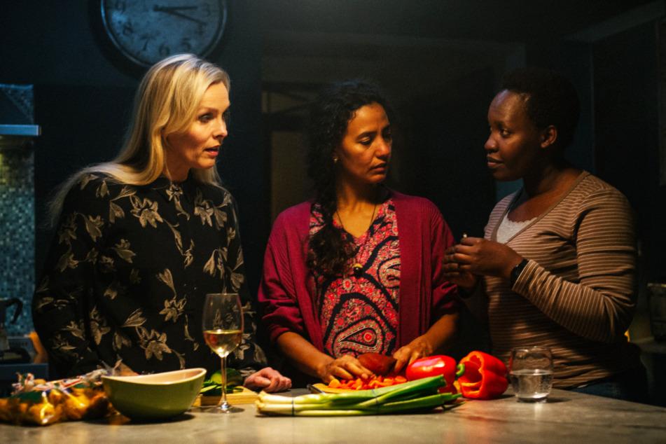 Hier verstehen sich Gisella (l., Elma Lisa Gunnarsdottir), Marisol (M., Raffaella Brizuela Sigurdardottir) und Abeba (Enid Mbabazi) noch gut. Das ändert sich mit der Zeit allerdings.